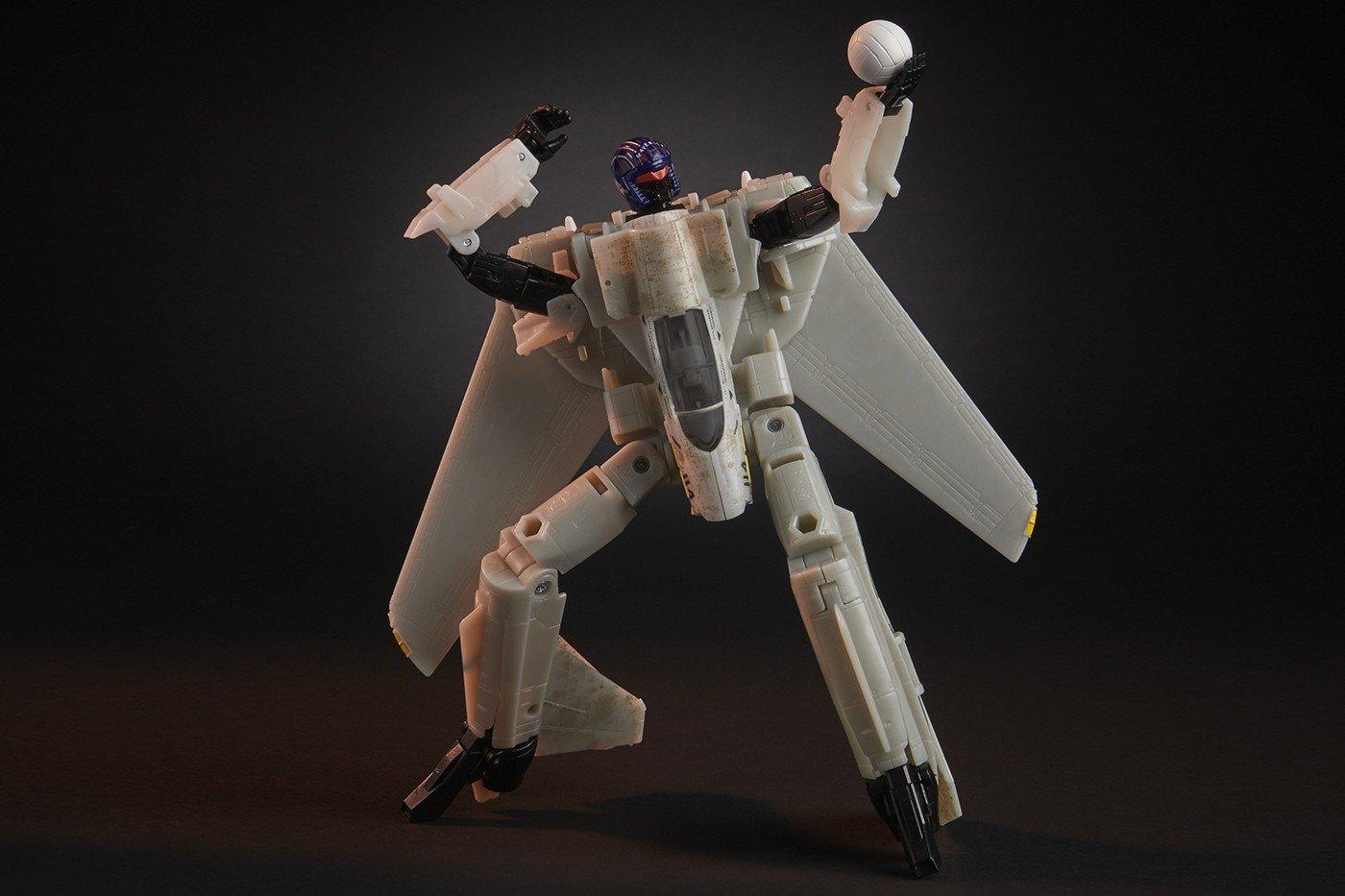 https___hypebeast.com_image_2020_07_top-gun-transformers-maverick-figure-hasbro-pulse-release-003.jpg.6bf5f34eec02a7e155915a181cf3fbf6.jpg